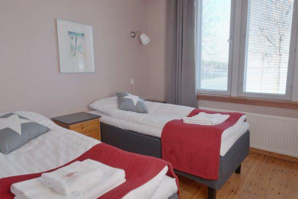 radalla-hotellihuone-järvinäkymä-kaksi-sänkyä-sisältökuva